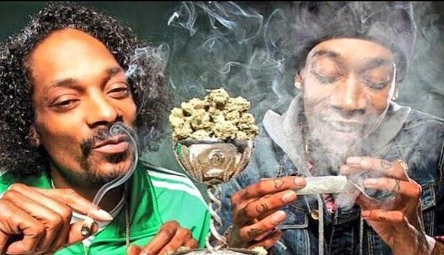 Snoop Dogg y Wiz Khalifa lanzando marihuana