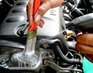 membersihkan mesin mobil