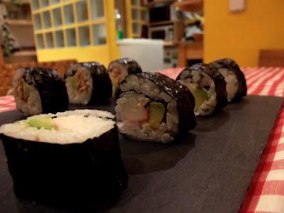 Sushi casero (makis) de aguacate, atún, cangrejo y queso