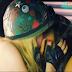 """Avrill Lavigne salvando o mundo, lutando contra tubarão e beijando uma garota no clipe de """"Rock N Roll"""""""