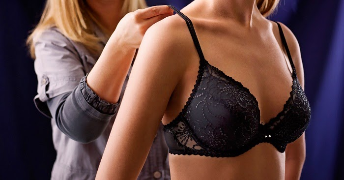 cara memilih bra yang pas: payudara keluar dari cup.