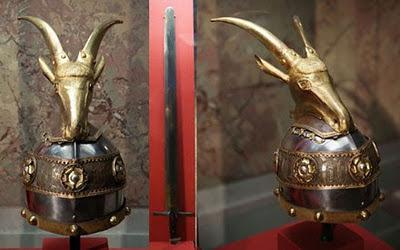 L'elmo e la spada sono originali e usati da Scanderbeg nel 1400 torneranno all'Albania