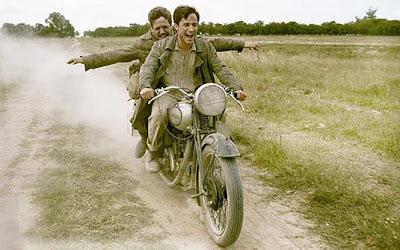 'Diários de motocicleta' (2004)  Moto: Norton 500 Atores: Gael Garcia Bernal e Rodrigo de la Serna