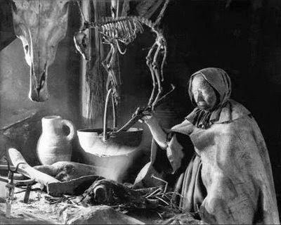 Muchas mujeres que practicaban herbolaria o eran parteras fueron injustamente acusadas de ser brujas.