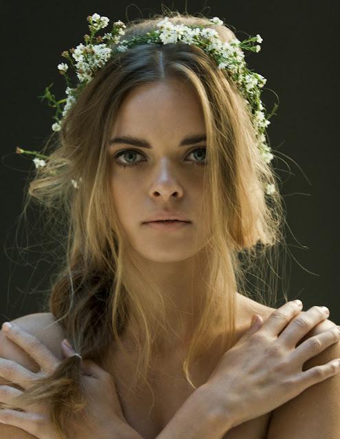 virág szép hajban