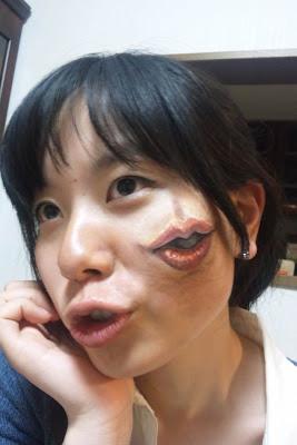 chica con una boca pintada en la mejilla