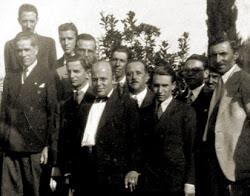 Altinopolenses ilustres ao lado do monumento em homenagem aos combatentes de 1932