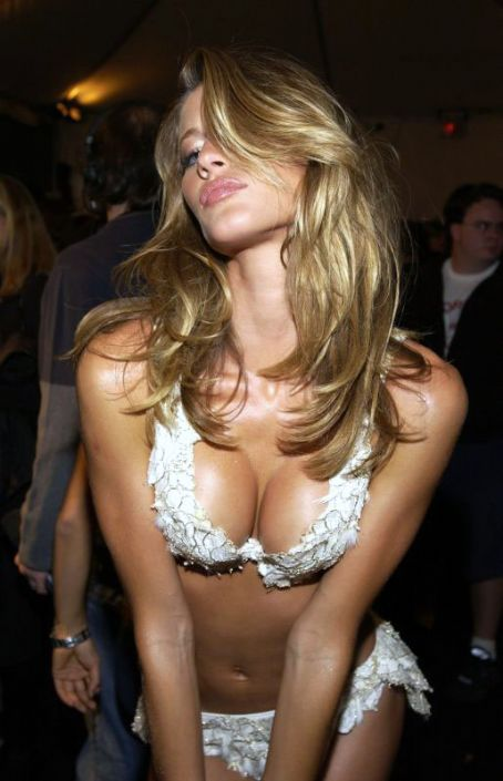 Gisele+Bundchen+glasses+victorias+secret+angel+2011+sexy+tom+brady+wife.jpg