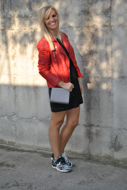 outfit chiodo in pelle rosso come abbinare il rosso abbinamenti rosso how to wear biker jacket how to wear red how to combine red  outfit novembre outfit autunnali come vestirsi in autunno outfit invernali fall outfits how to dress in autumn mariafelicia magno fashion blogger color block by felym fashion blog italiani fashion blogger italiane blogger italiane fashion bloggers italy fashion blogger bergamo fashion blogger milano ragazze bionde blogger bionde influencer bionde