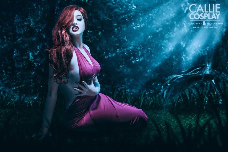 photo de Callie cosplay avec une robde dos nue rose et des dents de vampire