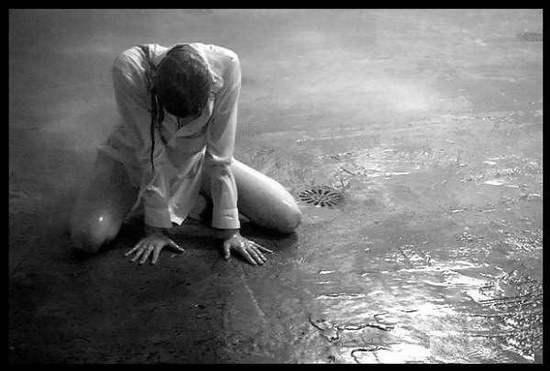 lại có những chuyện kể bạn bè cũng chẳng xong, thế thì cách tốt nhất là một mình đối diện nỗi buồn và tự tìm cách giải quyết thôi.
