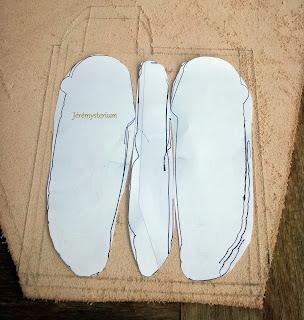Patron papier du Porte Couteau en Cuir posé sur le futur cuir