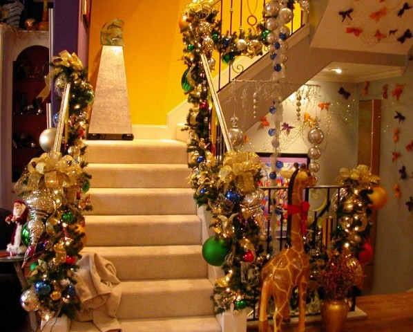 Easy home decor ideas how to decorate staircase during for Christmas home decorations pictures
