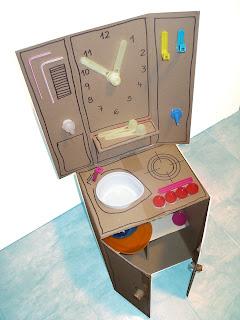 Fotografía cocina de juguete de cartón