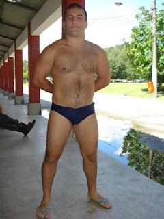 Homem de sunga e chinelo de dedo Havaianas Tradicionais - Pés Masculinos