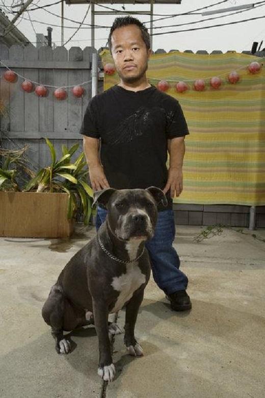 Foto do anão Ronald com o seu cachorro grande