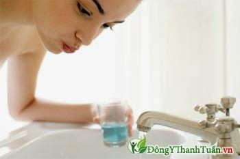 Dùng nước súc miệng để điều trị bệnh chảy máu chân răng