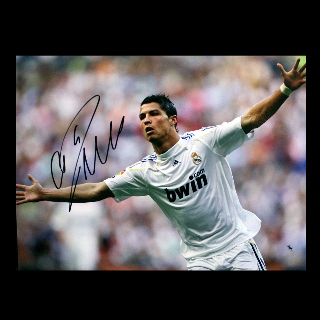 http://4.bp.blogspot.com/-c9azQ8Fp5Vc/TbtcZpeX9zI/AAAAAAAAAAk/hDnMM81kaOo/s1600/Cristiano_Ronaldo_Signed_Real_Madrid_Photo_Goal_Celebration_big.jpg