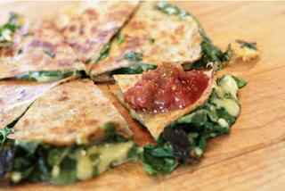"""<img src=""""tortilla-de-acelga.png"""" alt=""""la tortilla se elabora con claras de huevo, lo que elimina el colesterol de la yema; y aporta minerales y proteínas"""">"""