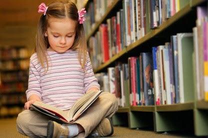 fetita citind carte
