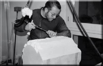 Pepe Beltran trabajando en la Cruz de Término de Binéfar