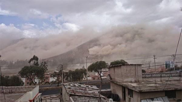 Deslizamientos de tierra por sismo en Calderón Quito Ecuador
