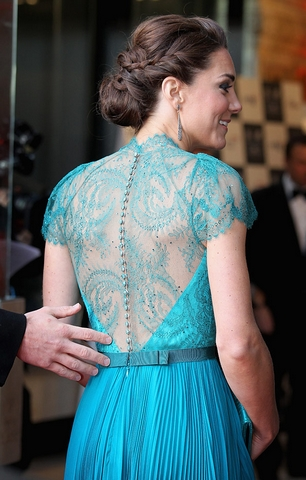 Costas do lindo vestido azul turquesa de Kate Middleton.