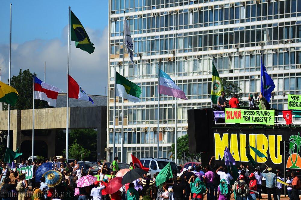 Brasília - Manifestantes ocupam a praça dos Três Poderes para protestar contra o Novo Código Florestal, que tramita no Senado Federal. Foto de Anderson Corcino (<a href=