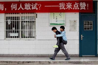 Pelajar Cina Menggendong Sahabatnya Setiap Hari untuk ke Sekolah Selama Tiga Tahun