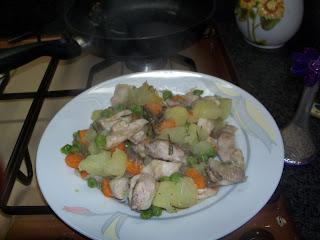 Ricette light: Pollo con piselli patate e carote