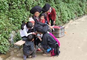 Dzao women are buying ice cream