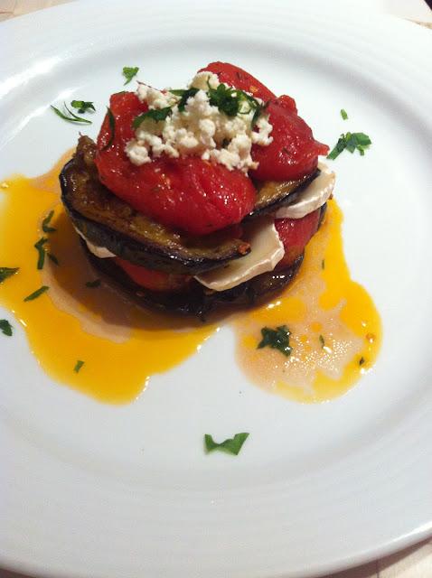 Milhojas de berenjena con queso de cabra y tomates