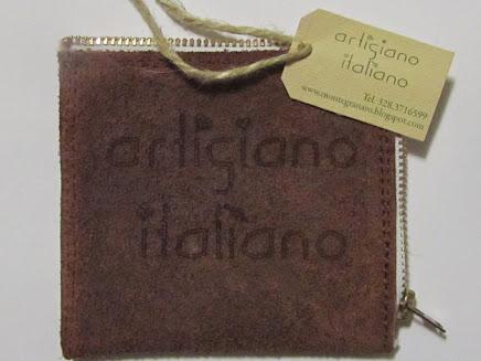Artigiano che realizza borsellini e portafogli artigianali anche personalizzati