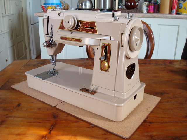 Singer 401G Sewing Machine showing balance wheel.