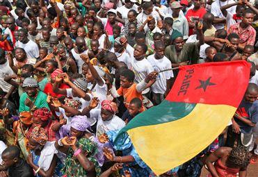 Guiné-Bissau: Henrique Rosa contra bandeira que é nacional e de um partido