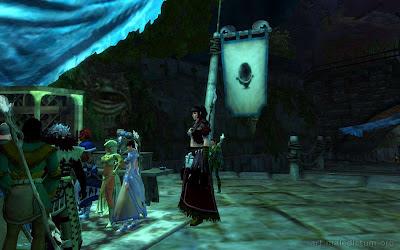 Guild Wars 2 - на фоне женщины-норна все люди как дети