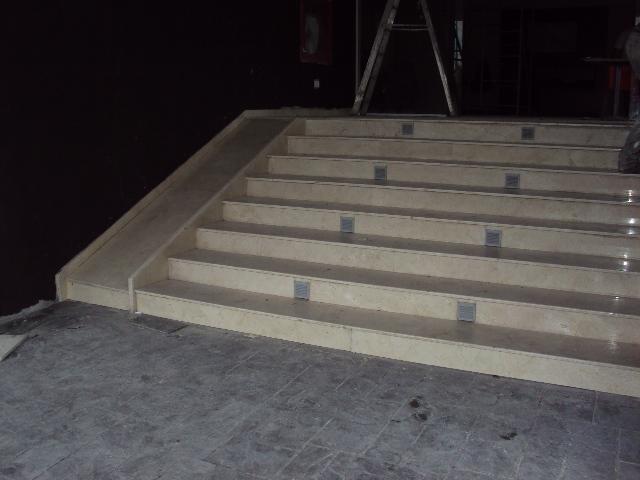 Instalacion de pelda os de marmol en escalera de acceso - Peldanos de marmol ...
