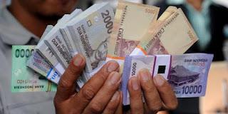 menukarkan uang di bank dengan uang baru pecahan 2000, 5000, 10000