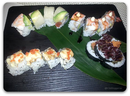 tabla de sushi variada, compuesta por: Maki arcoiris, maki doble langostino, maki pez mantequilla tempurizado y maki de atún picante - tastem restaurante japonés valencia 2