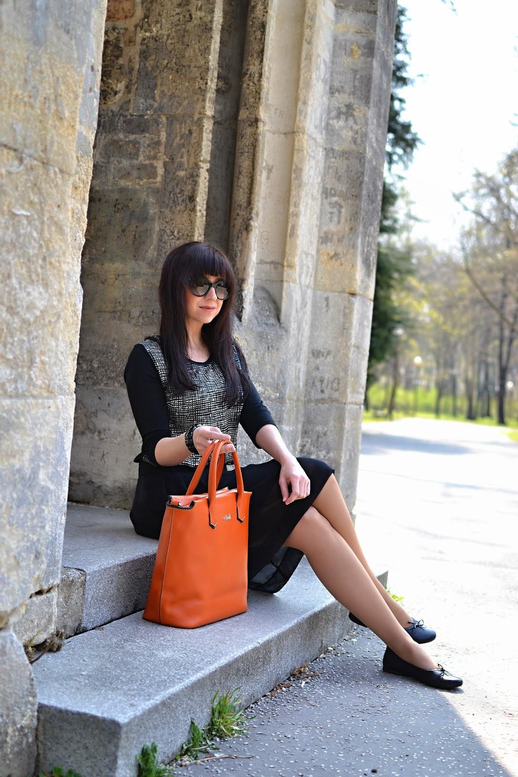 OKORENENÁ KLASIKA_Katharine-fashion is beautiful_Čierna šifónová sukňa_Oranžová maxi kabelka_Katarína Jakubčová_Fashion blogger