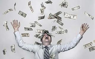 Foto de un hombre feliz por la lluvia de billetes de 100 dólares.