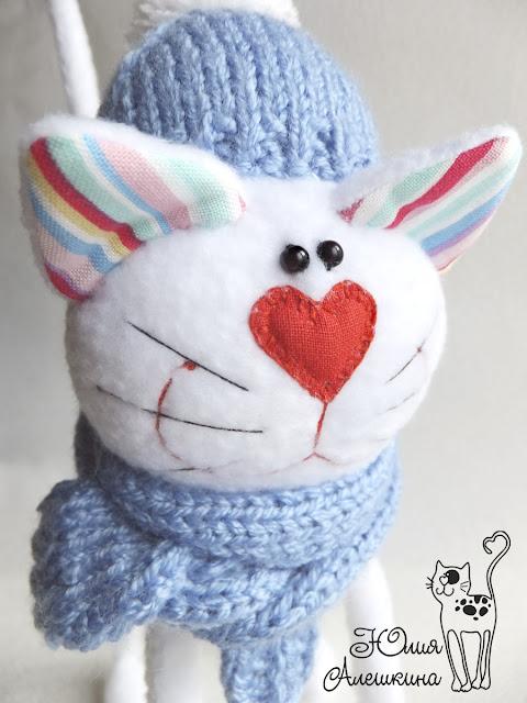Белый кот длинноножка - в голубой шапке