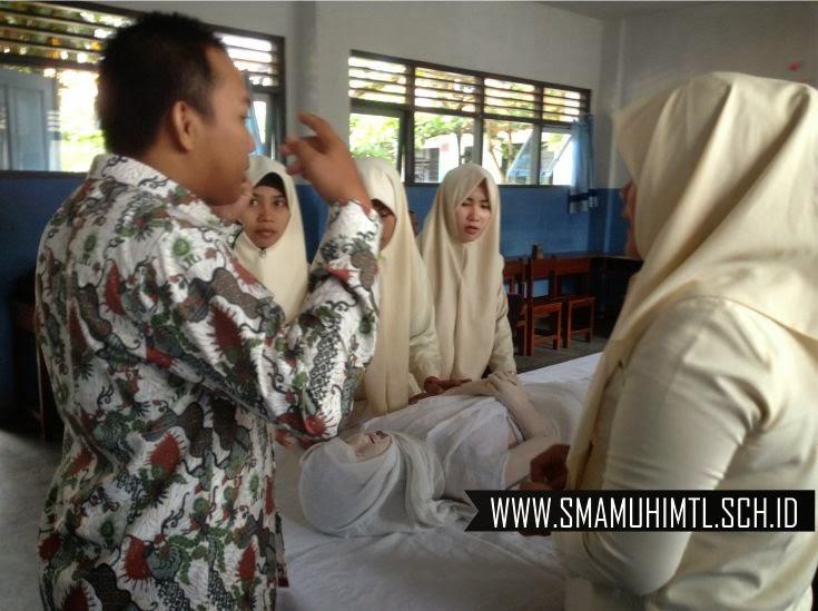 Ujian praktik perawatan jenazah hari sma muhammadiyah 1 muntilan