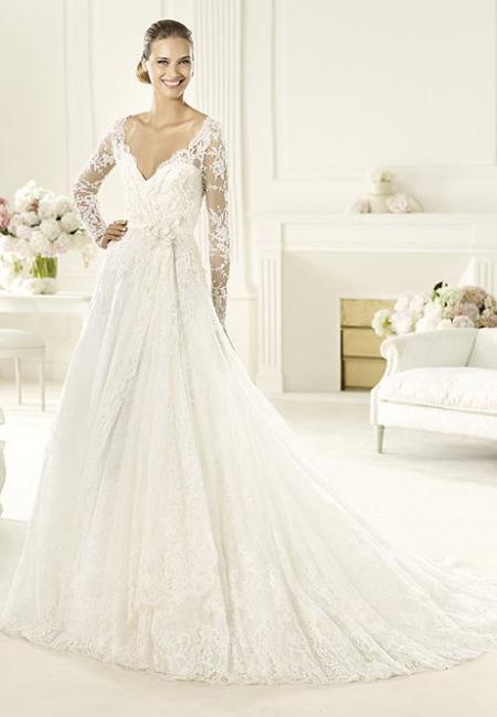 Булчинска рокля с дълги дантелени ръкави и V-образно деколте