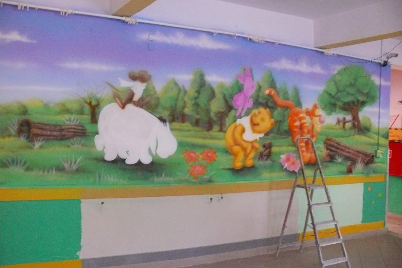 Malowanie na ścianie obrazu przedstawiającego scenkę z bajki Kubuś Puchatek i przyjaciele