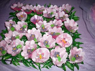 de flores e borboletas, coloquei em placas de grama artificial
