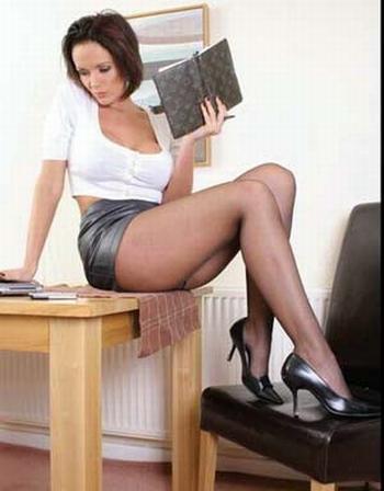 falda, minifaldas, escotes y pantalones entallados en horas de trabajo