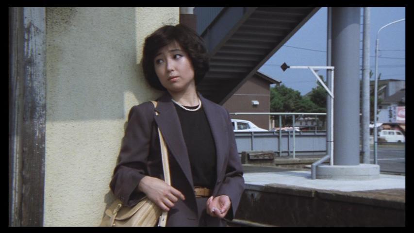 グレーのスーツにパールを合わせる若い頃の竹下景子