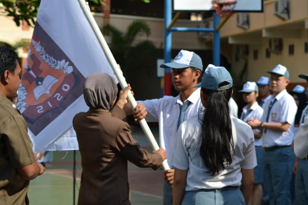 oleh ketua osis dan kepala sekolah dan serah terima bendera OSIS