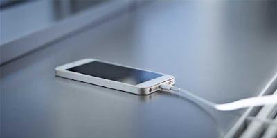 Men-charge smartphone lebih dari 2 kali dalam sehari